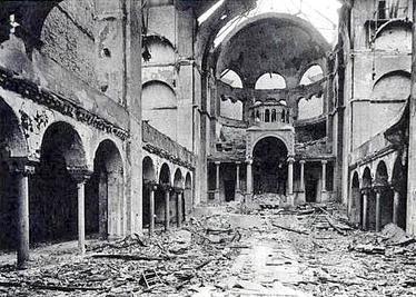 מבט מבפנים על בית הכנסת בברלין לאחר ליל הבדולח נובמבר 1938