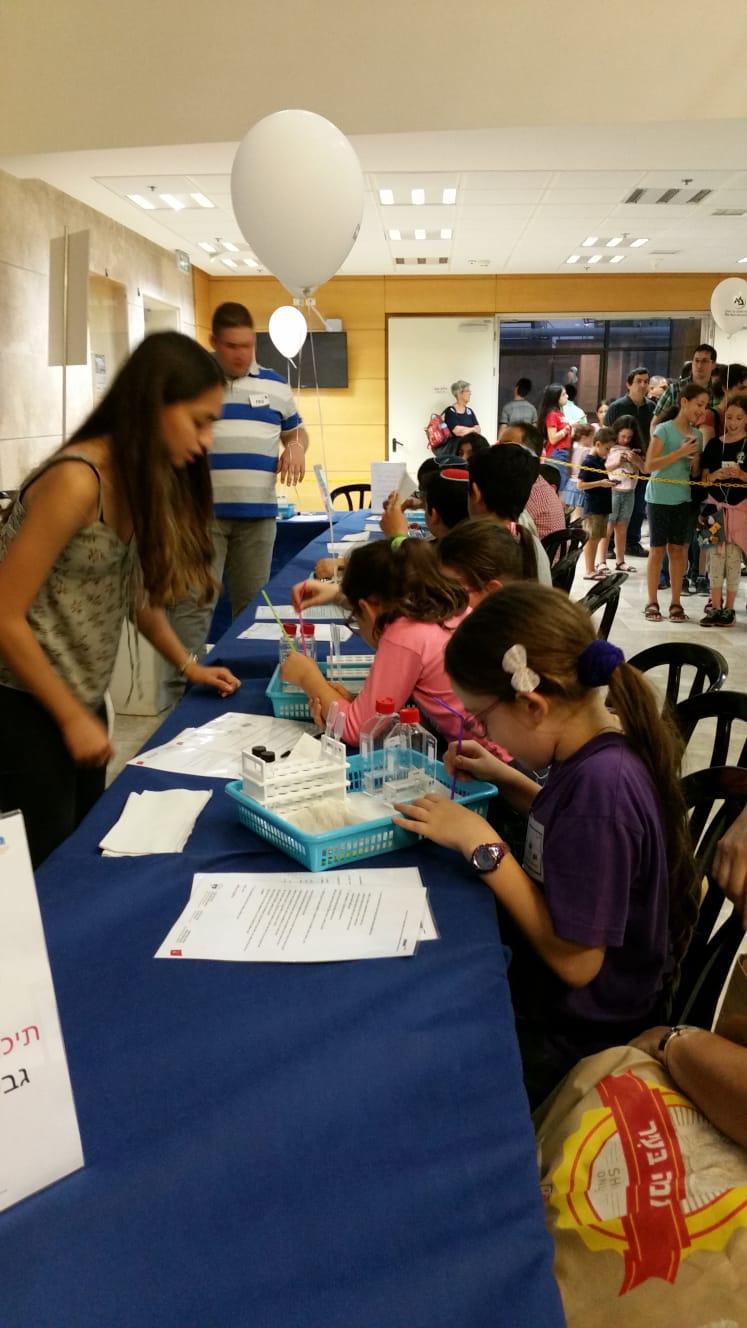 תלמידי מגמת ביולוגיה מעבירים פעילות בליל המדענים